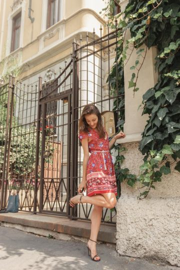 Monica Pirozzi per la strade di Milano