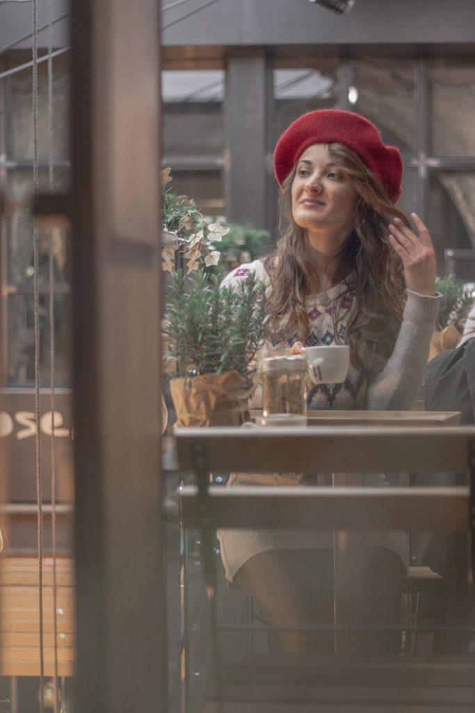Monica con berretto rosso in bar a Milano